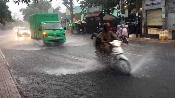 Bão số 9 khiến TPHCM mưa tầm tã không ngớt, nhiều đường ngập nặng ảnh 1