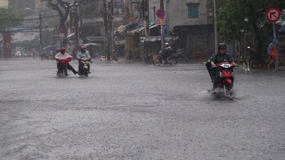 Bão số 9 khiến TPHCM mưa tầm tã không ngớt, nhiều đường ngập nặng ảnh 11