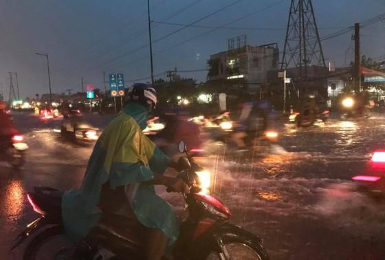 Bão số 9 khiến TPHCM mưa tầm tã không ngớt, nhiều đường ngập nặng ảnh 14