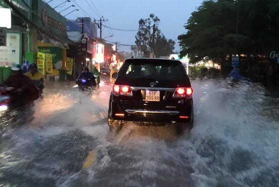 Bão số 9 khiến TPHCM mưa tầm tã không ngớt, nhiều đường ngập nặng ảnh 13