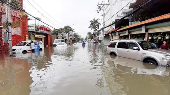 Đi trong cơn mưa từ quận Bình Tân về Bình Chánh, nam thanh niên bị nước cuốn mất tích ảnh 8