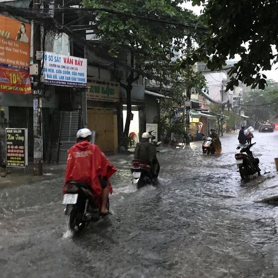Bão số 9 khiến TPHCM mưa tầm tã không ngớt, nhiều đường ngập nặng ảnh 16