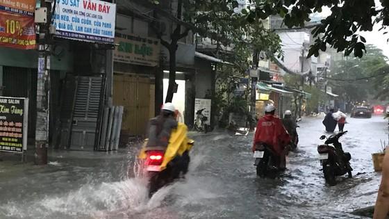 Bão số 9 khiến TPHCM mưa tầm tã không ngớt, nhiều đường ngập nặng ảnh 17