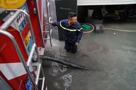 Đi trong cơn mưa từ quận Bình Tân về Bình Chánh, nam thanh niên bị nước cuốn mất tích ảnh 24