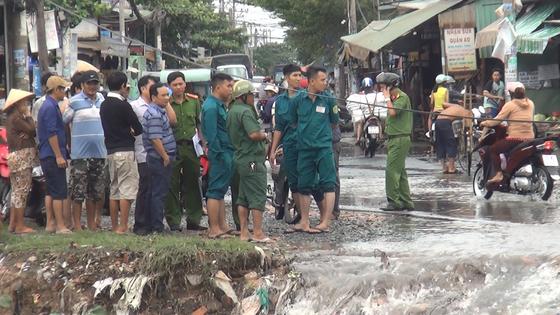 Đi trong cơn mưa từ quận Bình Tân về Bình Chánh, nam thanh niên bị nước cuốn mất tích ảnh 1