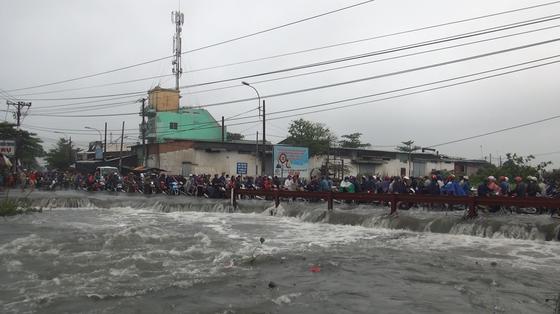Đi trong cơn mưa từ quận Bình Tân về Bình Chánh, nam thanh niên bị nước cuốn mất tích ảnh 2