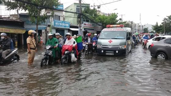Đi trong cơn mưa từ quận Bình Tân về Bình Chánh, nam thanh niên bị nước cuốn mất tích ảnh 18