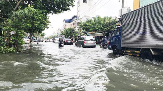 Đi trong cơn mưa từ quận Bình Tân về Bình Chánh, nam thanh niên bị nước cuốn mất tích ảnh 9
