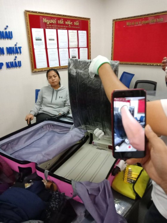 """Nữ hành khách mang """"hộ"""" hơn 4 kg cocain cho bạn trai với giá 1.200 USD ảnh 1"""