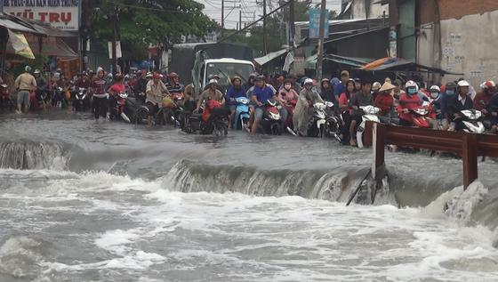 Tìm thấy thi thể nam thanh niên bị nước cuốn mất tích ở TPHCM trong cơn bão số 9 ảnh 3