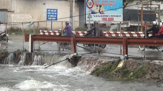 Tìm thấy thi thể nam thanh niên bị nước cuốn mất tích ở TPHCM trong cơn bão số 9 ảnh 2