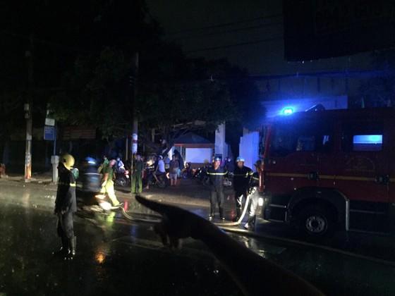 Trụ điện bốc cháy dữ dội kèm tiếng nổ ở khu dân cư, hàng chục người hoảng sợ ảnh 10
