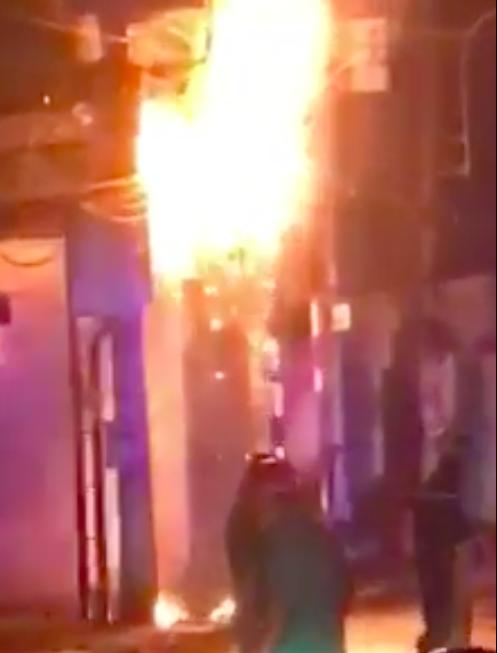 Trụ điện bốc cháy dữ dội kèm tiếng nổ ở khu dân cư, hàng chục người hoảng sợ ảnh 4