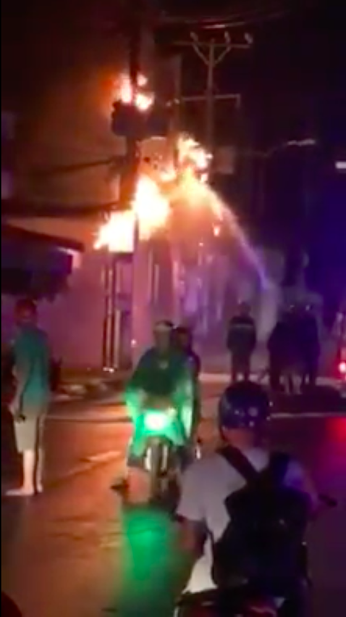 Trụ điện bốc cháy dữ dội kèm tiếng nổ ở khu dân cư, hàng chục người hoảng sợ ảnh 7