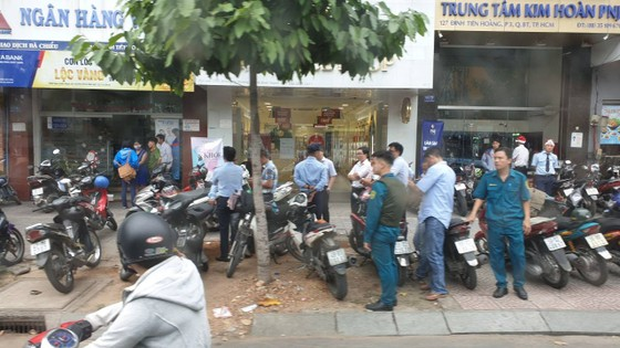 Diễn biến mới nhất vụ đối tượng nghi dùng súng cướp ngân hàng Việt Á ảnh 1