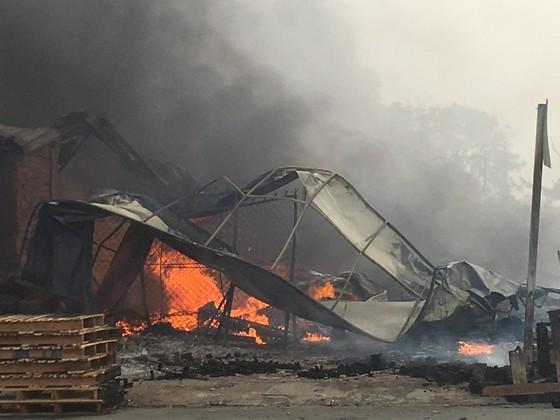 Cháy lớn gần ngã tư Vũng Tàu: 3 công ty làm pallet, 1 xưởng gỗ thiệt hại nặng ảnh 2