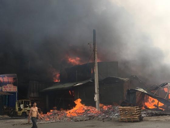 Cháy lớn gần ngã tư Vũng Tàu: 3 công ty làm pallet, 1 xưởng gỗ thiệt hại nặng ảnh 3