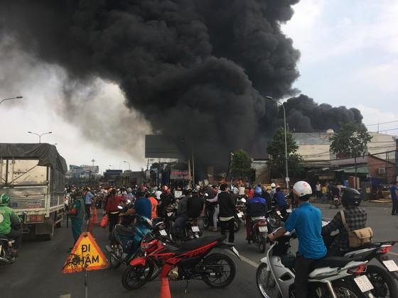 Cháy lớn gần ngã tư Vũng Tàu: 3 công ty làm pallet, 1 xưởng gỗ thiệt hại nặng ảnh 4