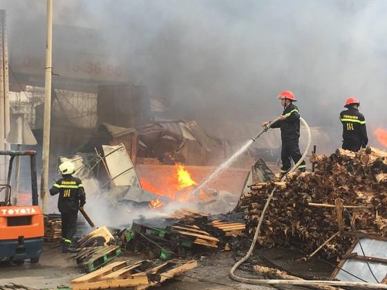 Cháy lớn gần ngã tư Vũng Tàu: 3 công ty làm pallet, 1 xưởng gỗ thiệt hại nặng ảnh 1