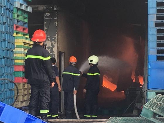 Cháy lớn gần ngã tư Vũng Tàu: 3 công ty làm pallet, 1 xưởng gỗ thiệt hại nặng ảnh 5