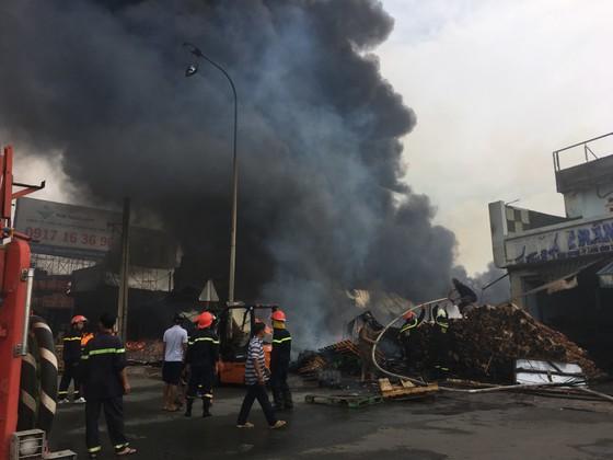 Cháy lớn gần ngã tư Vũng Tàu: 3 công ty làm pallet, 1 xưởng gỗ thiệt hại nặng ảnh 6