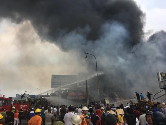 Cháy lớn gần ngã tư Vũng Tàu: 3 công ty làm pallet, 1 xưởng gỗ thiệt hại nặng ảnh 7