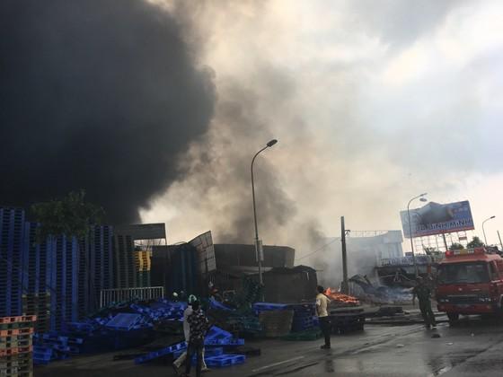 Cháy lớn gần ngã tư Vũng Tàu: 3 công ty làm pallet, 1 xưởng gỗ thiệt hại nặng ảnh 9