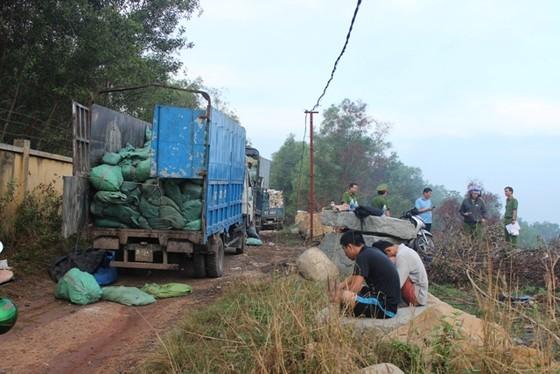 Bắt quả tang gần 10 xe chở hàng chục tấn rác thải ra môi trường ảnh 1