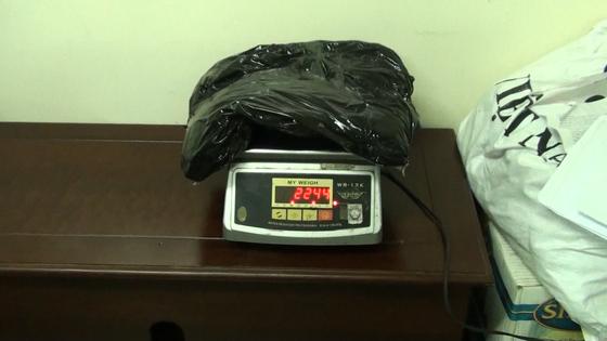 Phát hiện 2,2kg ma túy cất giấu trong máy hát đĩa gửi từ Pháp về Việt Nam ảnh 1