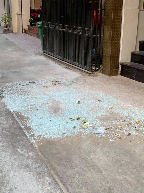 Người đàn ông bắn bể hàng loạt kính nhà dân ở trung tâm TPHCM ảnh 2