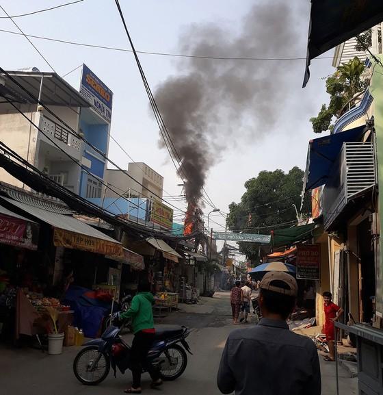 Bình điện ở chợ tự phát phát nổ, bốc cháy dữ dội ảnh 1