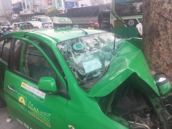 Tông vào gốc cây, xe taxi nát đầu, 2 người bị thương ảnh 1