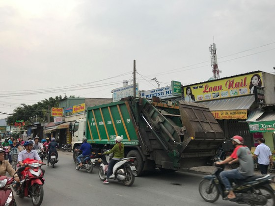 Xe máy va chạm xe rác, 2 người tử vong ảnh 1