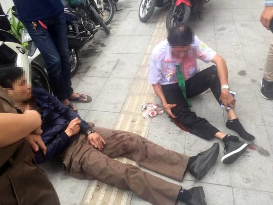 Tông vào gốc cây, xe taxi nát đầu, 2 người bị thương ảnh 2