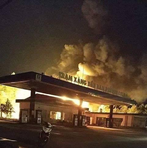 Cháy lớn ở cây xăng, nhiều người hoảng sợ ảnh 1