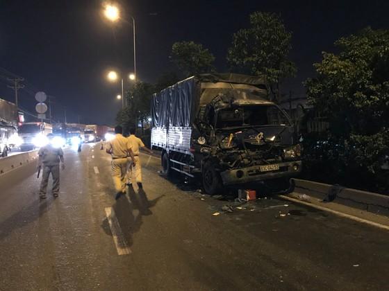 Xe tải tông xe container dừng đèn đỏ, 1 người chết, 2 người bị thương ảnh 1