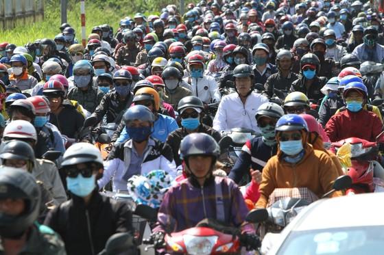 Người dân từ miền Tây đổ về TPHCM sau tết, quốc lộ 1A kẹt xe kinh hoàng hàng km ảnh 1