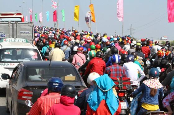 Người dân từ miền Tây đổ về TPHCM sau tết, quốc lộ 1A kẹt xe kinh hoàng hàng km ảnh 6
