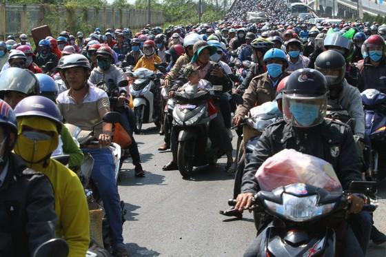 Người dân từ miền Tây đổ về TPHCM sau tết, quốc lộ 1A kẹt xe kinh hoàng hàng km ảnh 7