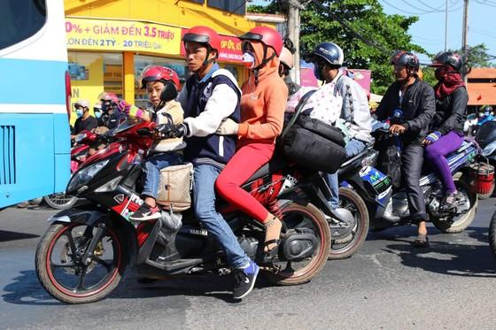 Người dân từ miền Tây đổ về TPHCM sau tết, quốc lộ 1A kẹt xe kinh hoàng hàng km ảnh 9