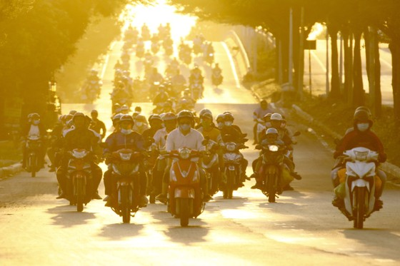 Người dân từ miền Tây đổ về TPHCM sau tết, quốc lộ 1A kẹt xe kinh hoàng hàng km ảnh 14