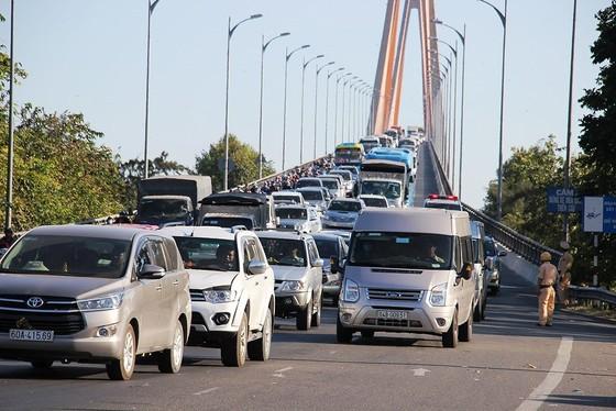 Người dân từ miền Tây đổ về TPHCM sau tết, quốc lộ 1A kẹt xe kinh hoàng hàng km ảnh 22
