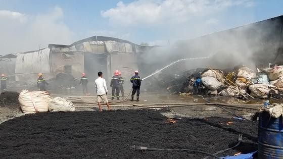 Hai xưởng phế liệu bốc cháy dữ dội ở huyện Bình Chánh ảnh 1