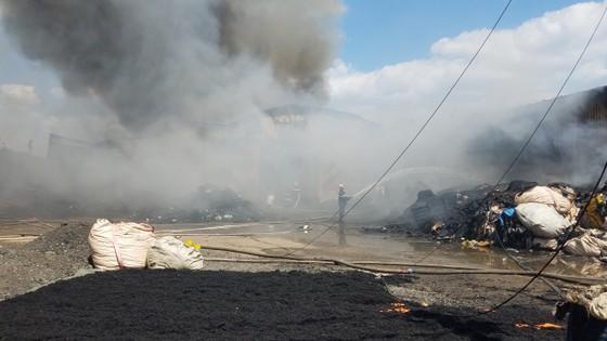 Hai xưởng phế liệu bốc cháy dữ dội ở huyện Bình Chánh ảnh 2