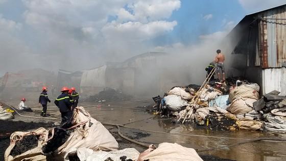 Hai xưởng phế liệu bốc cháy dữ dội ở huyện Bình Chánh ảnh 4