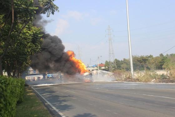 Xe bồn chở xăng dầu bốc cháy dữ dội trên xa lộ Hà Nội ảnh 2