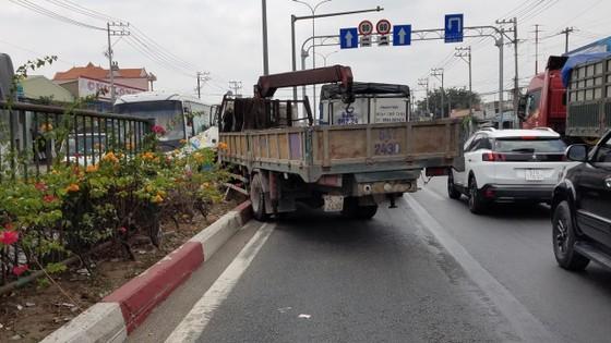 Va chạm liên hoàn 3 xe tải trên quốc lộ 1, giao thông ùn ứ kéo dài  ảnh 2