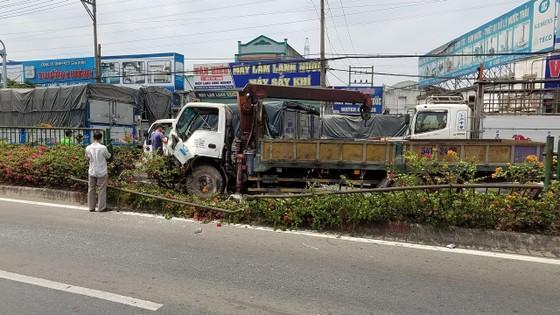 Va chạm liên hoàn 3 xe tải trên quốc lộ 1, giao thông ùn ứ kéo dài  ảnh 1