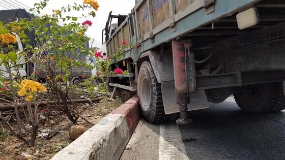Va chạm liên hoàn 3 xe tải trên quốc lộ 1, giao thông ùn ứ kéo dài  ảnh 3