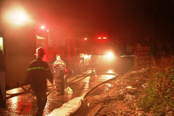 Cháy lớn kho hàng chứa dầu nhớt ở quận 12, nhiều người hoảng sợ ảnh 1